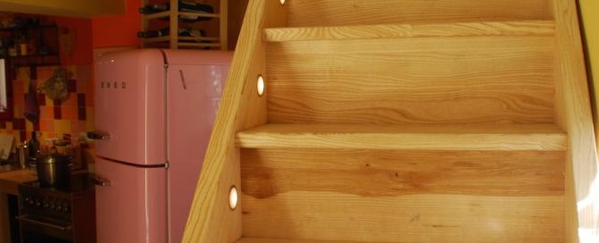 scala in legno artigianale illuminata fronte