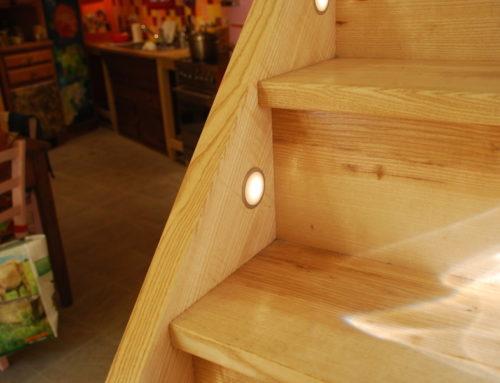 Scala artigianale in legno illuminata
