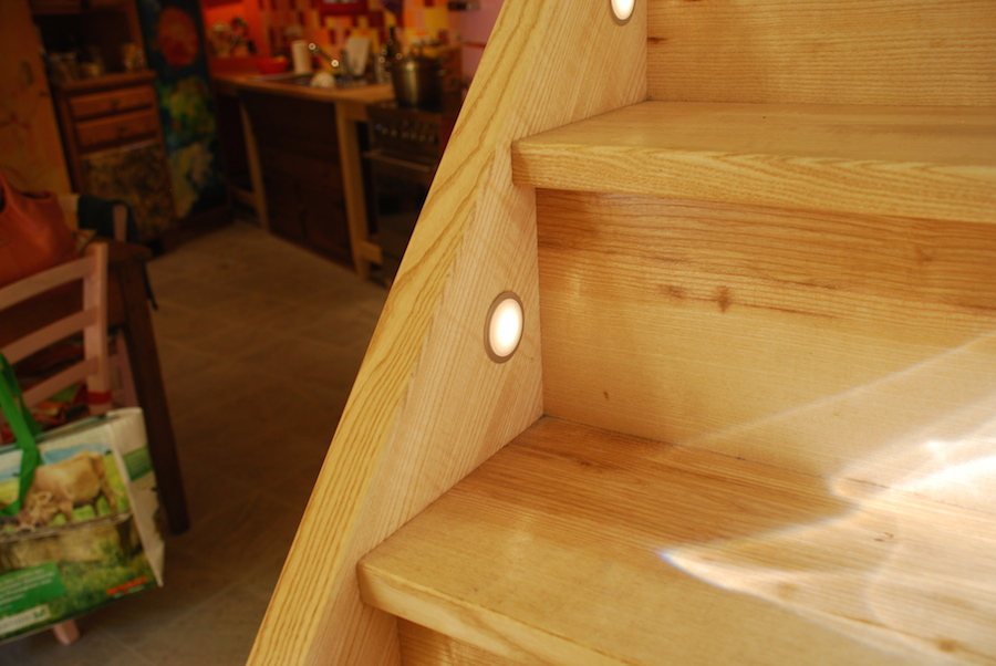 scala in legno artigianale con illuminazione